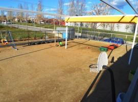 Patio en la escuela junto a espacios verdes