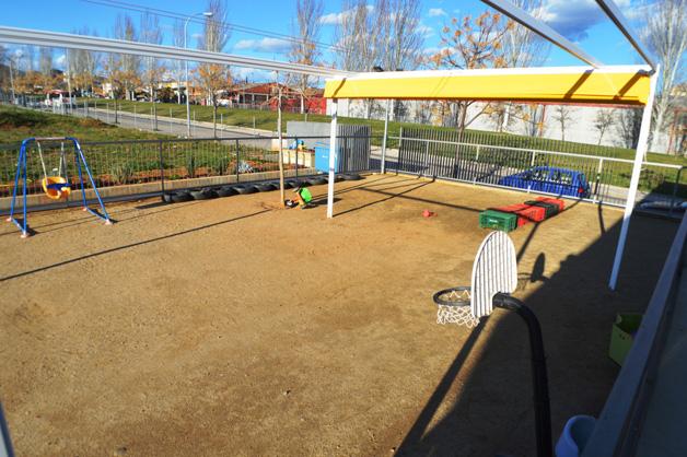 Pati a l'escola al costat d'espais verds